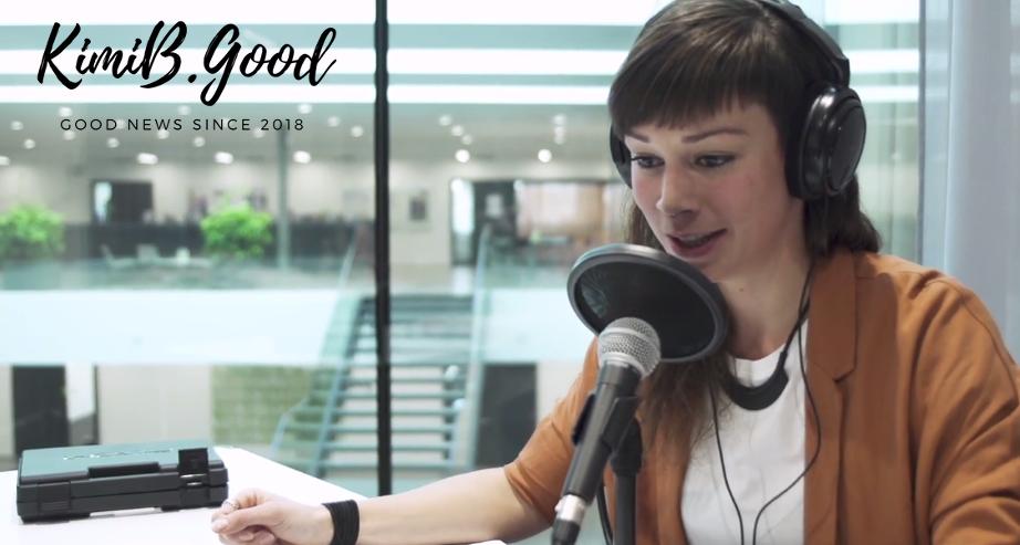Produzentin Kim bei der Aufnahme eines Podcasts