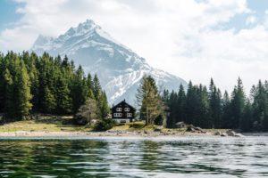 Haus am Arnisee vor einem Berg