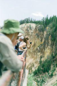 Touristen auf einer Brücke in einer Schlucht