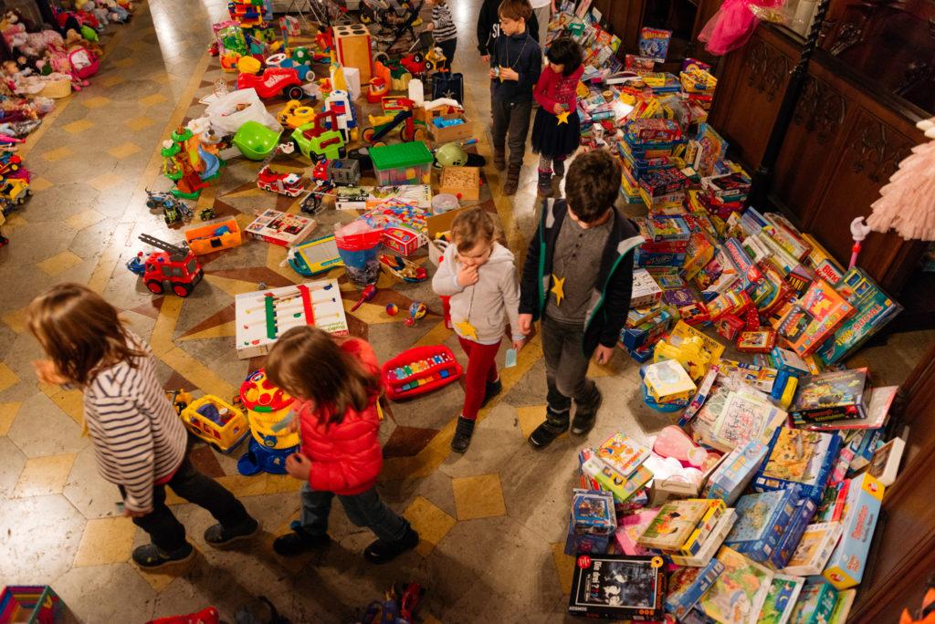 Kinder bei der Geschenke-Tausch Aktion in Basel
